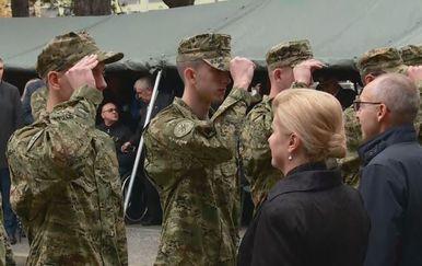 Hrvatska vojska pred predsjednicom Grabar-Kitarović (Foto: Dnevnik.hr)