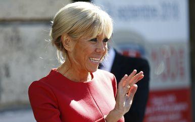 Brigitte Macron u crvenoj haljini i crnim štiklama - 5
