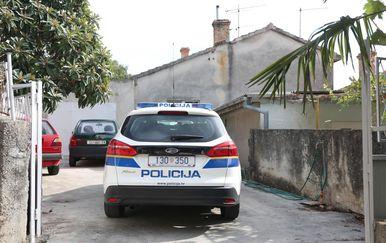 Policija u dvorištu kuće u Šibeniku, gdje je muškarac prijetio samoubojstvom (Foto:Dusko Jaramaz/PIXSELL)