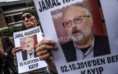Prosvjednici sa slikama ubijenog saudijskog novinara Jamala Khashoggija ispred saudijskog konzulata u Istanbulu (Foto: AFP)