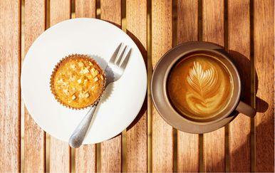 Šalica kave i muffin