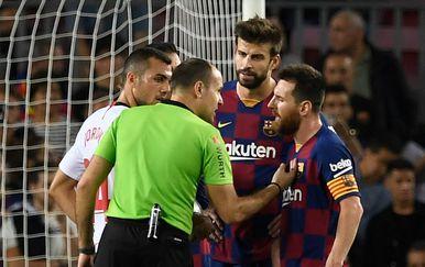 Mateu Lahoz, Gerard Pique i Lionel Messi (Foto: AFP)