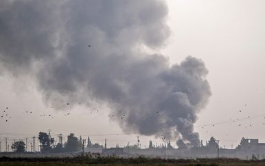 Dim nad sirijskim gradom Tal Abyad nakon turskog bombardiranja (Foto: AFP)