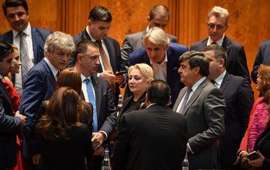 Rumunjska premijerka Viorica Dancila okružena svojim ministrima nakon pada Vlade (Foto: AFP)