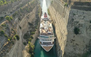 Kruzer prolazi kroz Korintski kanal (Foto: Twitter/Fred. Olsen Cruise Lines)