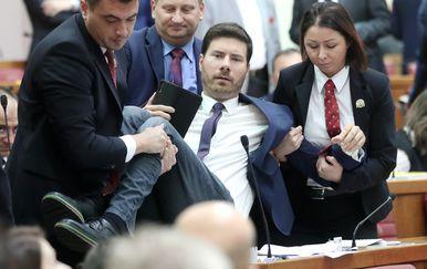 Iznošenje Ivana Pernara iz sabornice (Foto: Sanjin Strukic/PIXSELL)