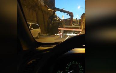 Razbijeni automobil u Rijeci (Screenshot: Dnevnik.hr)1