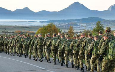 Prvi naraštaj novih vođa HV-a na hodnji od Udbine do Knina (Foto: MORH / T. Brandt)