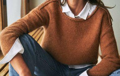 Smeđi pulover brenda Sezane