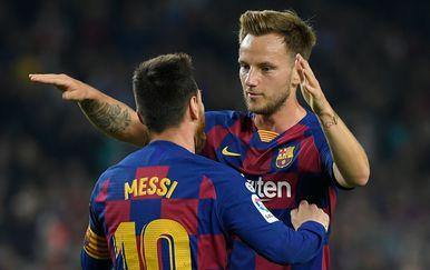 Ivan Rakitić i Messi u zagrljaju (Foto: AFP)