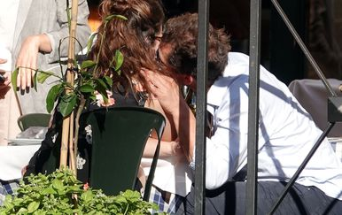 Dominic West i Lily James