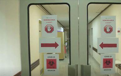 Natpis COVID-19 na vratima u bolnici, ilustracija
