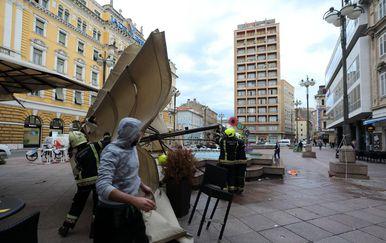 Olujna bura rušila je tende na riječkom Korzu, intervenirali vatrogasci