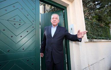Ivo Sanader izlazi iz kuće u Kozarčevoj