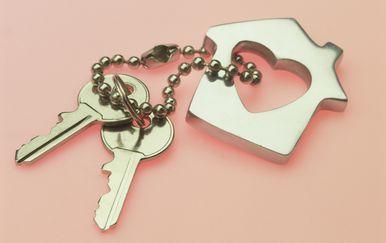 Ključevi s privjesom u obliku kuće i srca