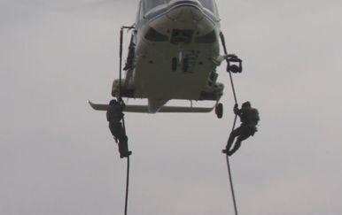 Silazak iz helikoptera (Foto: Dnevnik.hr)