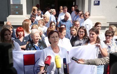 """Mirni prosvjed zdrastvenih djelatnika pred kliničkom bolnicom \""""Sveti Duh\"""" (Foto:Goran Stanzl/PIXSELL)"""