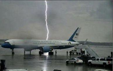 Udar munje pored predsjedničkog zrakoplova (Foto: Twitter)