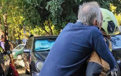 Vatrogasac nosi teško pokretnog muškarca na leđima - 1