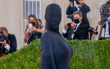 Kim Kardashian u kreaciji modne kuće Balenciaga na Met Gali - 1