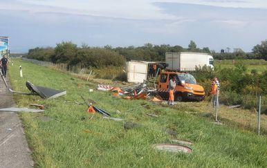 Kamion pokosio vozilo ophodnje na cesti - 4