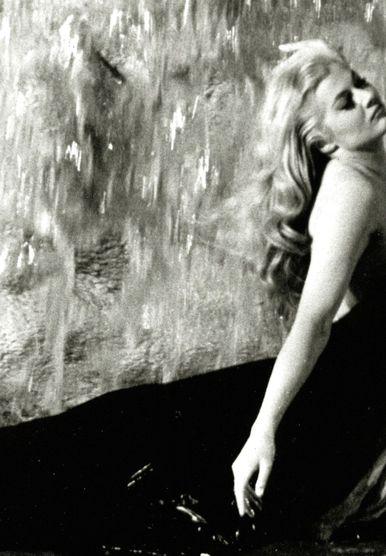 Anita Ekberg u legendarnoj sceni iz filma snimljenoj u fontani di Trevi
