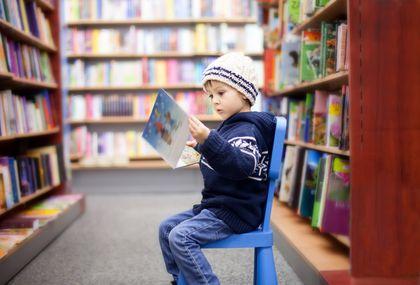 Dijete u knjižnici