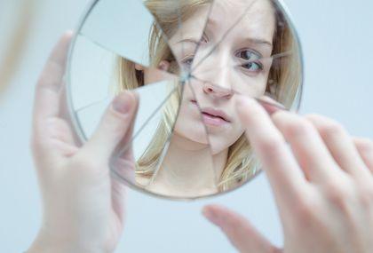 Žena i slomljeno ogledalo