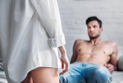 Žena i muškarac u spavaćoj sobi