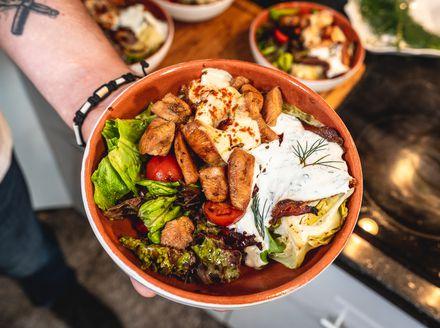 Bogata salata od piletine s pečenim zeljem i dva izvrsna dressinga