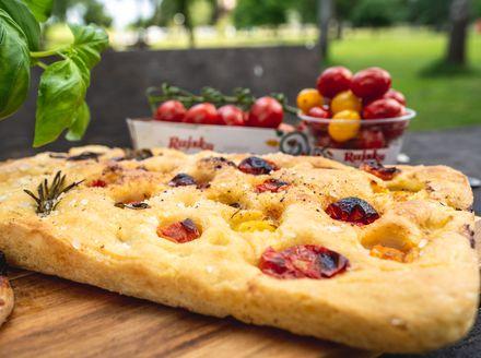 Focaccia sa šarenim rajčicama