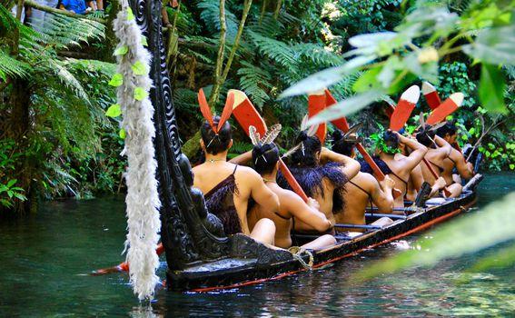Maori u waka ratnom kanuu