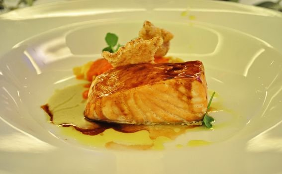 Losos s ribljim umakom, medom i soja sosom