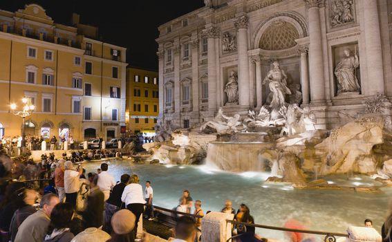 Čarobni pogled na fontanu noću
