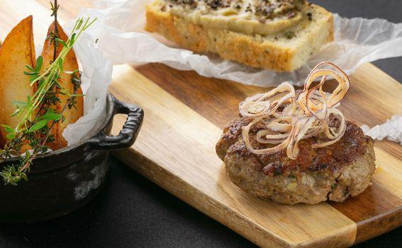 Janjeći burger u maramici masline krumpiri domaća focaccia krema od patlidžana