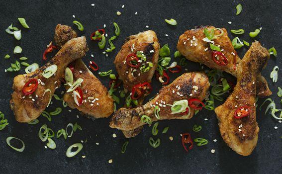 Pečena piletina s čilijem i mladim lukom