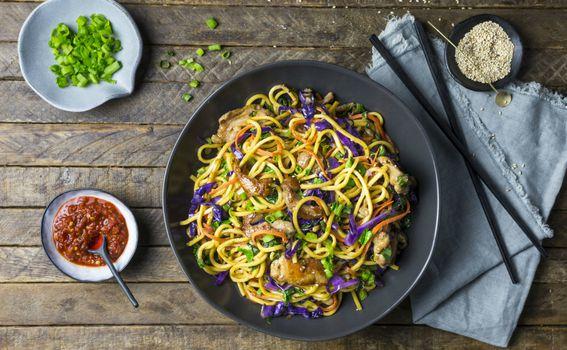 Prženo povrće u woku s tjesteninom i komadićima mladog luka
