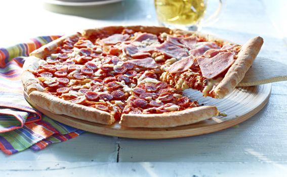 Pizza s ostacima šunke