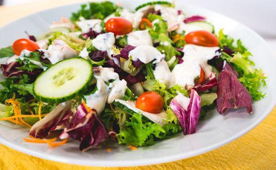 Kremasti dresing zbog kojeg vam salata više neće biti mrska