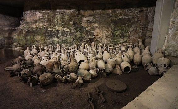 Originalne amfore pronađene u Jadranskom moru čuvaju se u podzemlju Arene