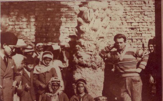 Mate i pas Globus sa lokalnim Arapima kod ruševina Babilona