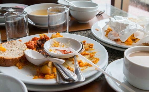 Konobari imaju svoj sistem pospremanja posuđa sa stola pa im pomažući slaganjem tanjura jedan na drugi zapravo samo odmažete.