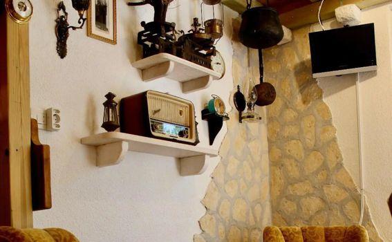 Kuća je uređena šarmantnim starinskim detaljima