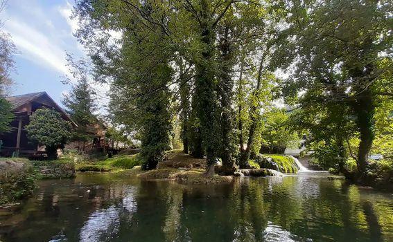 Prekrasno okruženje rijeke Slunjčice
