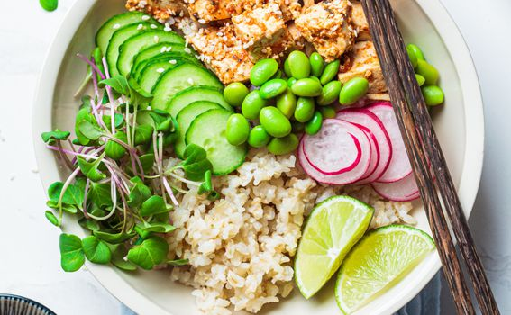 Riža, povrće, avokada i riba po želji