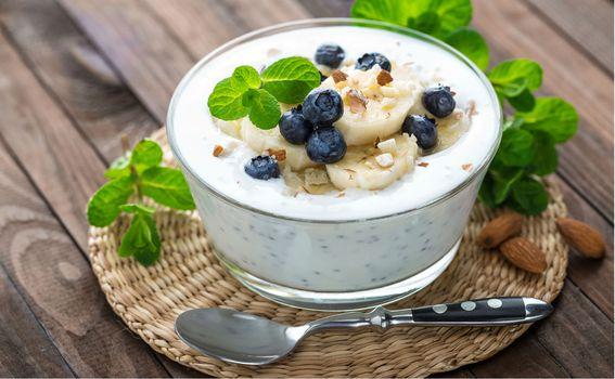 Jogurt s bananama, borovnicama i bademima