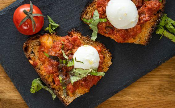 Bruskete s rajčicom i mozzarellom