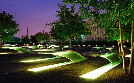 Osvjetljene klupe dio su spomenika žrtvama terorističkog napada na Pentagon