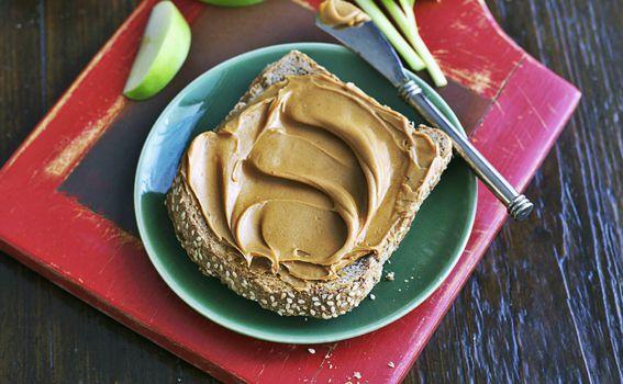 Maslac od kikirikija namažite na proteinski kruh ili jedite s voćem