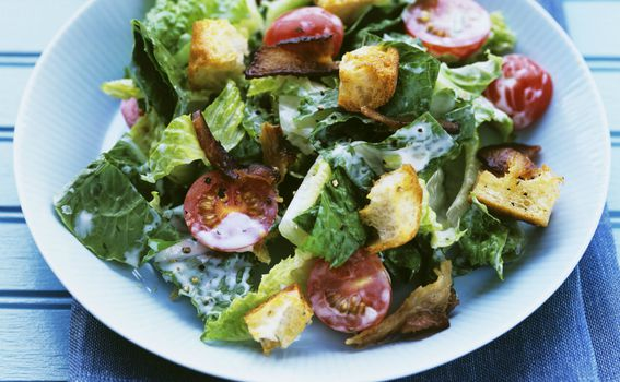 U salatu možete staviti i tostirane komadiće kruha